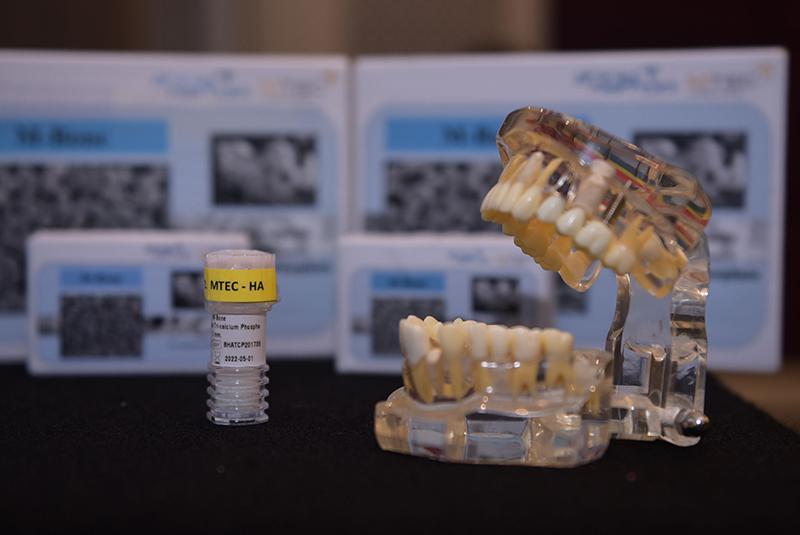 """สวทช.ถ่ายทอดเทคโนโลยี """"M-Bone"""" 'วัสดุทดแทนกระดูกปลูกถ่ายในร่างกายมนุษย์' ให้ 'สตาร์ทอัพ' ผลิตใช้ภายในประเทศ ลดนำเข้ามากกว่าปีละ 100 ล้านบาท"""