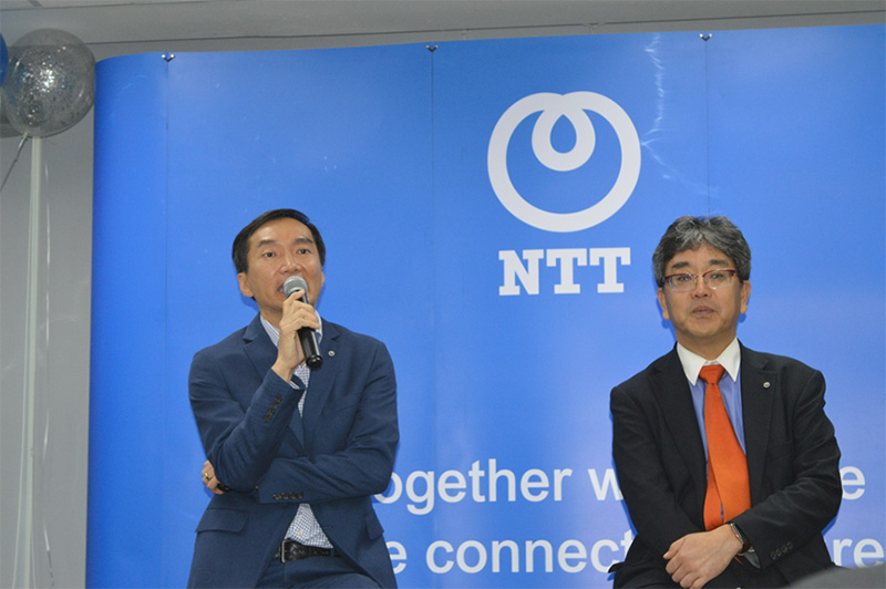 มานาบุ คาฮาระ (ขวา) ประธานบริษัท เอ็นทีที คอมมิวนิเคชั่นส์ (ประเทศไทย) จำกัด