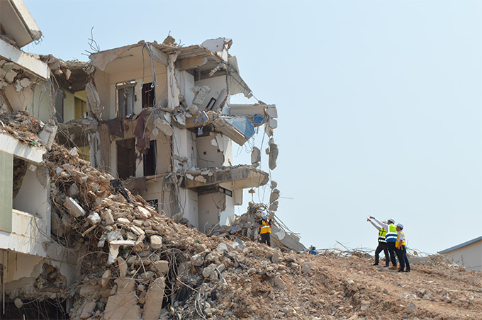 """สภาวิศวกรลงพื้นที่ตรวจสอบเหตุ """"โรงแรมรัชดา ซิตี้"""" ทรุดตัวและพังถล่มระหว่างรื้อถอน พร้อมหาแนวทางป้องกันเกิดเหตุซ้ำ"""