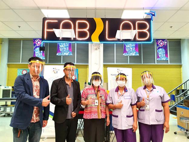 กลุ่มนวัตกรเครือข่าย FabLab สวทช. นำองค์ความรู้และเครื่องมือ พัฒนาโล่หน้ากาก - กล่องป้องกันเชื้อกระจาย ส่งมอบให้บุคลากรการแพทย์