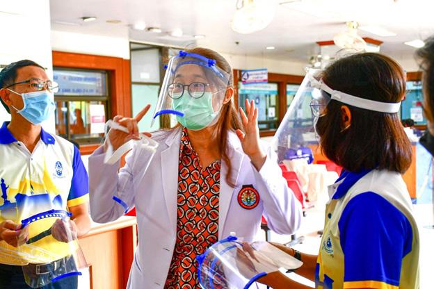 รร.เบญจมราชรังสฤษฎิ์ 2 ส่งมอบ Aerosol Box Face Shield ให้โรงพยาบาลพุทธโสธร