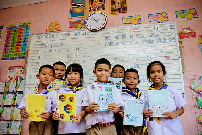 ลลิล พร็อพเพอร์ตี้ ส่งต่อรอยยิ้ม ในกิจกรรม 'หนังสือทำมือ เพื่อน้อง' พร้อมมอบเงินบริจาคและอุปกรณ์การศึกษา ให้รร.วัดกาหลง