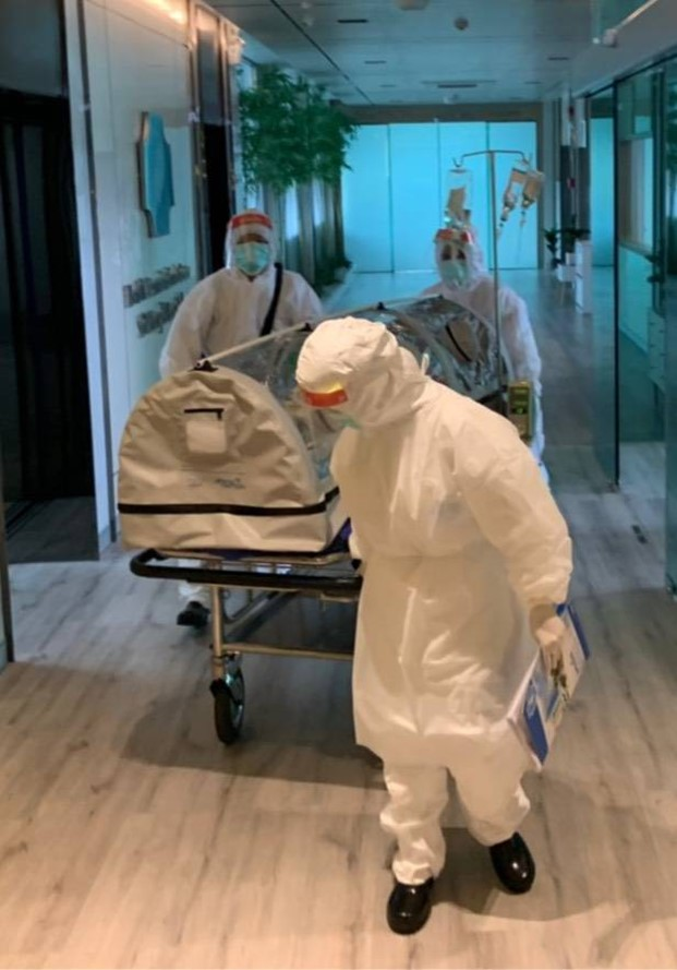 เจ้าหน้าที่โรงพยาบาลเซนต์เมรี่ ทดลองใช้ PETE เปลปกป้อง