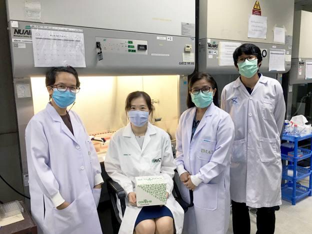 ดร.พีร์ จารุอำพรพรรณ (กลาง) หัวหน้าทีมวิจัยไวรัสวิทยาและเซลล์เทคโนโลยี ไบโอเทค สวทช. และทีมวิจัย
